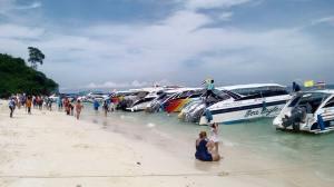 เกาะไม้ไผ่ หาดทรายขาวสะอาด เหมาะกับการเล่นน้ำ